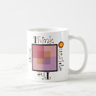 Piense fuera de la caja taza de café