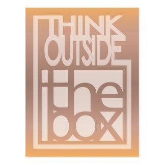 Piense fuera del diseño de la cita de la caja tarjeta postal