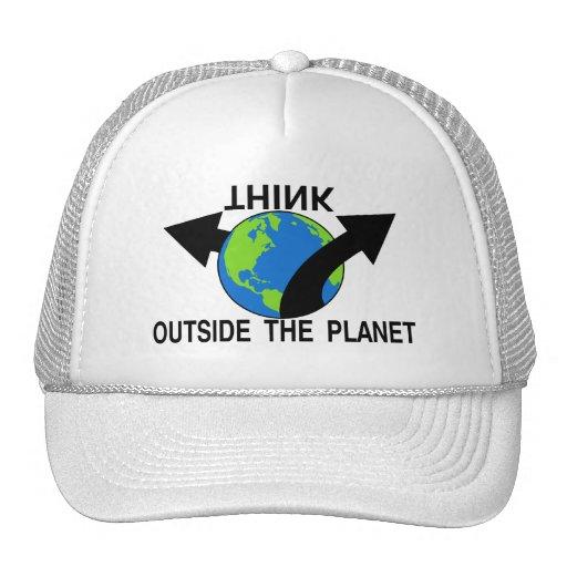 Piense fuera del planeta gorro de camionero