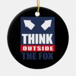 Piense fuera del zorro adorno de navidad