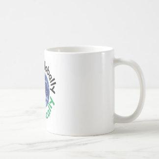 Piense global el acto localmente taza de café