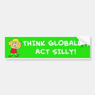 Piense global el acto tonto etiqueta de parachoque