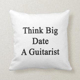 Piense la fecha grande un guitarrista cojin