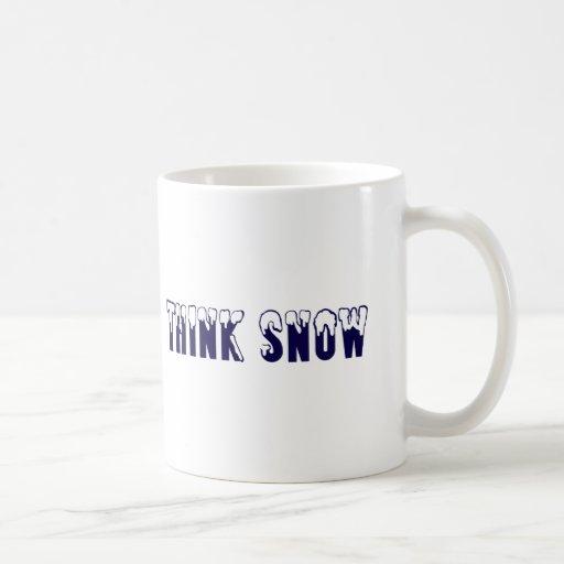 Piense la nieve taza clásica