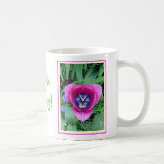 Piense la taza del tulipán de la primavera