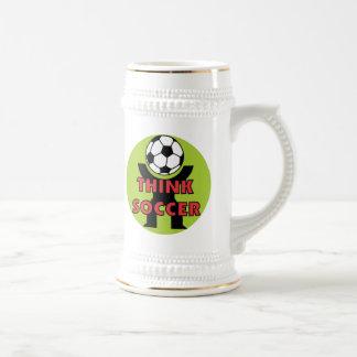 Piense las camisetas y los regalos del fútbol jarra de cerveza