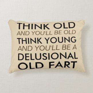 Piense que viejo y usted sea viejo cojín decorativo
