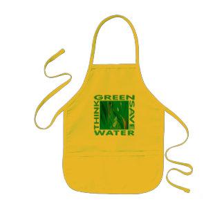 Piense verde, agua de la reserva delantal