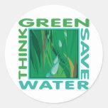 Piense verde, agua de la reserva pegatina redonda