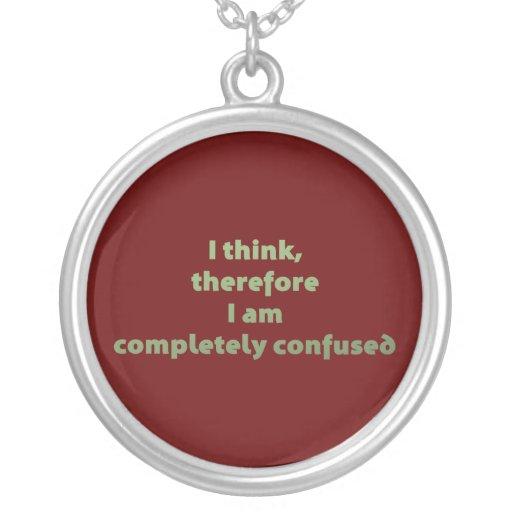 Pienso, por lo tanto soy totalmente confuso collar plateado