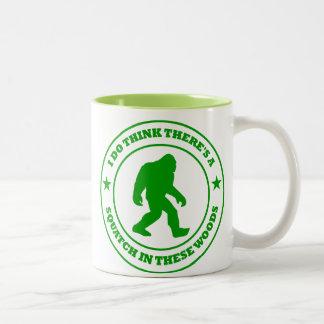 PIENSO que HAY SQUATCH EN verde de ESTAS MADERAS Tazas De Café