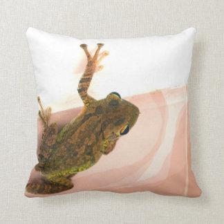 pierna de la rana arbórea encima del animal rosado cojín decorativo