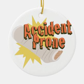 Pierna propensa a los accidentes adorno navideño redondo de cerámica