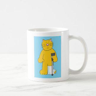 Pierna quebrada, gato con la pierna en yeso taza de café
