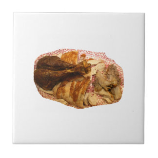 pierna y carne de pavo en el disco blanco rojo tejas