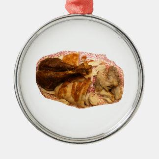 pierna y carne de pavo en el disco blanco rojo adornos