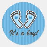 Pies azules del bebé del dibujo animado con los pegatinas redondas