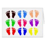 Pies de colores, huellas coloridas, divertidas tarjeta de felicitación