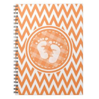 Pies del bebé; Chevron anaranjado y blanco Libros De Apuntes Con Espiral