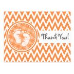 Pies del bebé; Chevron anaranjado y blanco Tarjetas Postales