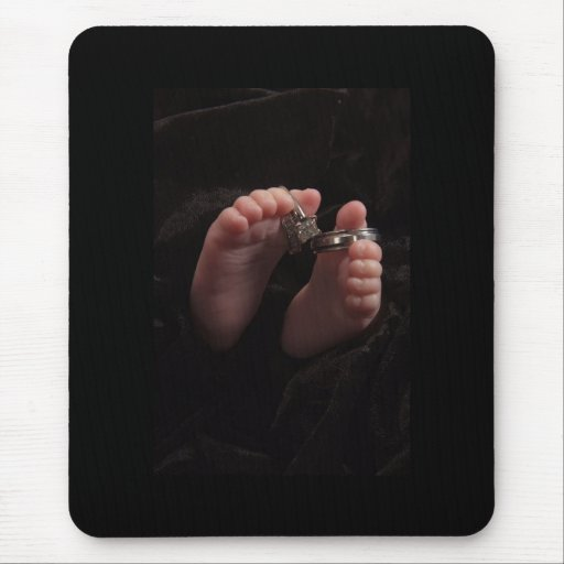 Pies del bebé con el mousepad de los anillos alfombrilla de raton