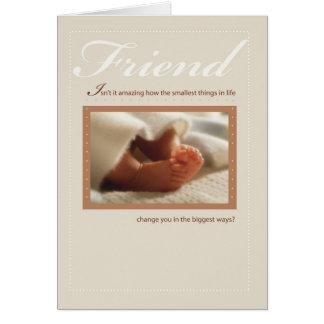 Pies del bebé de la enhorabuena del amigo nuevos tarjeta de felicitación