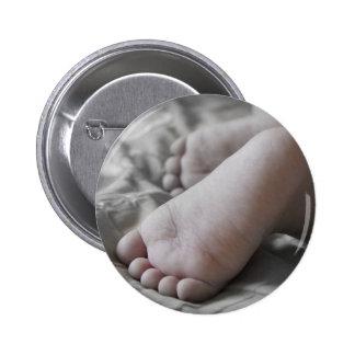 Pies del bebé pin redondo 5 cm