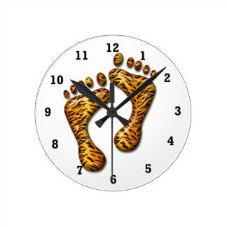 Pies del tigre reloj redondo mediano