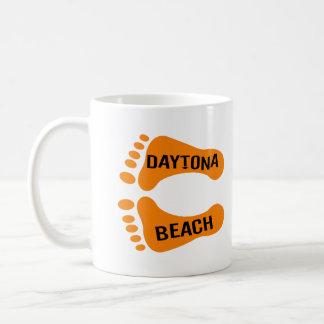 Pies desnudos de Daytona Beach Taza Básica Blanca