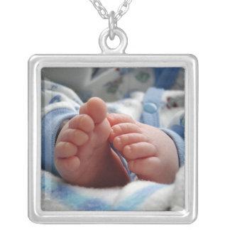 Pies lindos del bebé colgante cuadrado