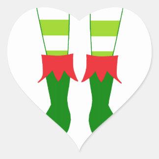 Pies lindos del duende del navidad pegatina en forma de corazón