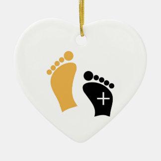 Pies minúsculos adorno de cerámica en forma de corazón