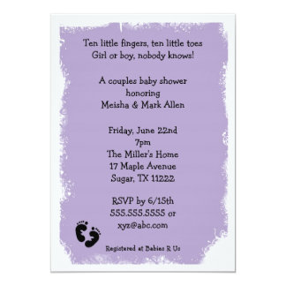 """Pies púrpuras de la fiesta de bienvenida al bebé invitación 5"""" x 7"""""""