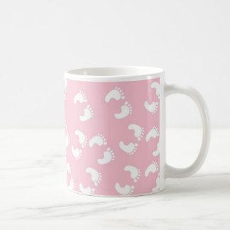 Pies rosados y blancos del bebé - impresión de la taza clásica