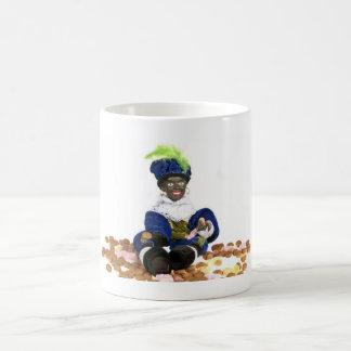 Piet negro con los gingernuts y los dulces tazas de café