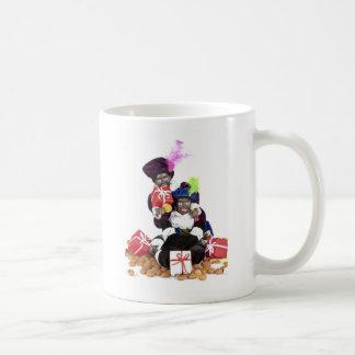 Piet negro con los presentes y los dulces de los g taza