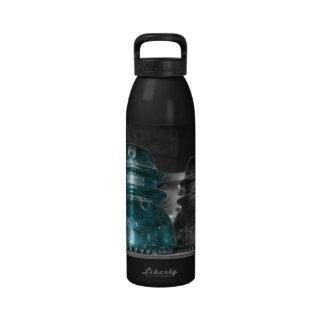 Pieza azul de la foto de los aisladores coloreada botella de beber
