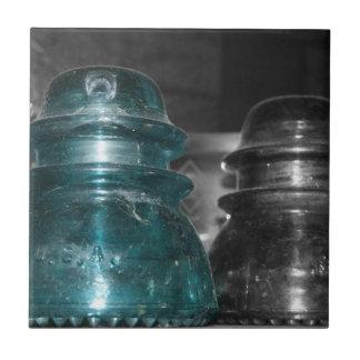 Pieza azul de la foto de los aisladores coloreada teja  ceramica
