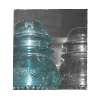 Pieza azul de la foto de los aisladores coloreada bloc de notas