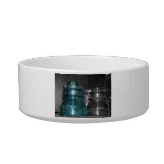 Pieza azul de la foto de los aisladores coloreada tazones para agua para gatos