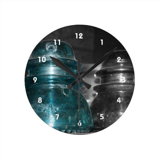 Pieza azul de la foto de los aisladores coloreada reloj redondo mediano
