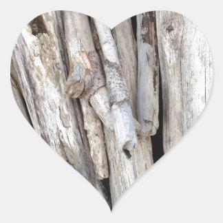 Pila con playas rústica del Driftwood de la costa Pegatina En Forma De Corazón
