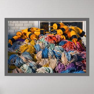 Pila de artes de pesca de la langosta en muelle en poster