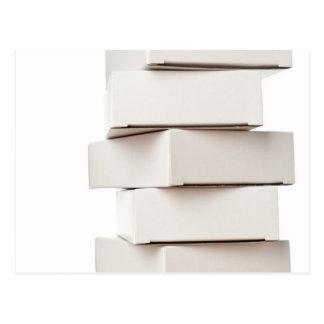 Pila de cajas tarjeta postal