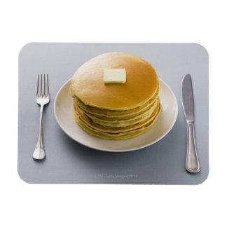 Pila de crepes con mantequilla en una placa imanes flexibles