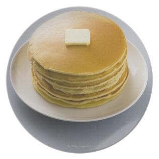 Pila de crepes con mantequilla en una placa plato de comida