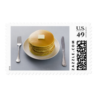 Pila de crepes con mantequilla en una placa sello