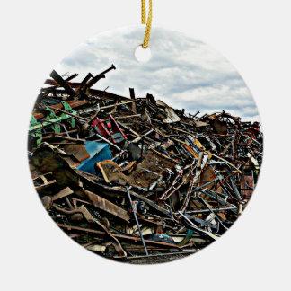 Pila de desperdicios del metal para reciclar ornamentos de reyes