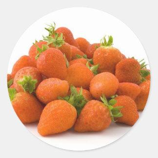 Pila de fresas frescas en el fondo blanco pegatinas redondas