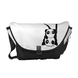 Pila de la bolsa de mensajero de las pandas bolsa messenger